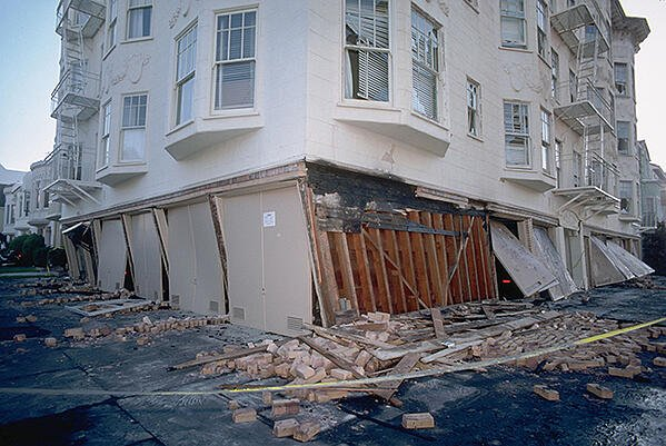 A building in San Francisco damaged by an earthquake